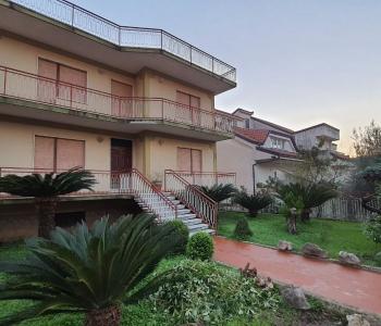 Indipoendente con 4 appartamenti, cortile e giardino